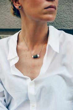 Collar diseño Lanperna de Inés Susaeta, surfera nacida en el mar Cantábrico, de donde se inspira para crear sus exclusivas joyas de plata hechas a mano.