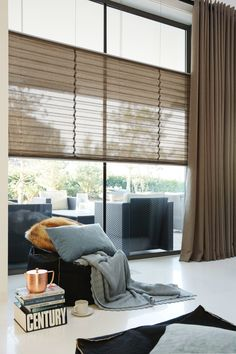 Pleated blinds and window decorations - 34 fresh ideas for windows - Gardinen Home Curtains, Curtains With Blinds, Brown Curtains, Curtain Styles, Curtain Ideas, Style Deco, Custom Drapes, Traditional Interior, Interiores Design