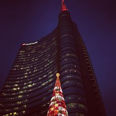 Avant-guarde #christmas #Xmas #milan #milano #milanodavedere #milanoaplacetobe #bellamilano #unicredit #unicredittower by p3ter85