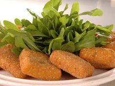 Ingredientes: 400 g de avena, 1 cebolla, 1 diente de ajo, 1 pastilla de caldo de verduras, pimienta negra, sal, aceite de oliva, pan rallado.  Preparación: En una cacerola poner toda