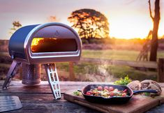 If you've dreamed of a backyard brick oven so that you can do more than just grill al fresco, Roccbox's portable stone oven may be the perfect solution. Pizza Au Four, Pizza Napolitaine, Fire Pizza, Pizza Ovens, Pizza Dough, Best Outdoor Pizza Oven, Portable Pizza Oven, Stone Pizza Oven, Backyard Ideas