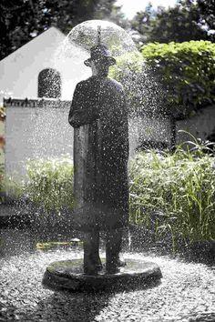 La pluie, oeuvre en bronze de Jean-Michel Folon.
