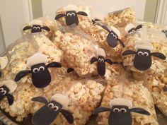 Shaun the sheep, popcorn traktatie Birthday Treats, Party Treats, Party Snacks, Party Cakes, Dragon Birthday, Dragon Party, Cumple Toy Story, Eid Food, Eid Party