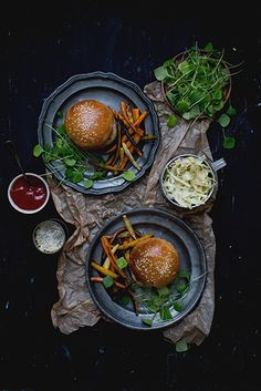 Pulled pork sandwiches on homemade buns, with roasted root vegetables - Carnets parisiens