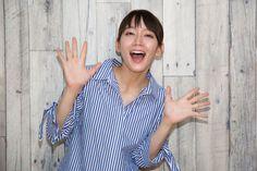 『STAR SAND -星砂物語-』吉岡里帆インタビュー「戦争映画なのに少女の恋を描いたロマンチックなお話」 | シネマズ PLUS Smile Images, Asian Angels, Cute Japanese Girl, Sexy Asian Girls, Pretty Girls, Actresses, People, Model, Photography