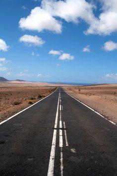 Diese schöne Strasse befindet sich auf Lanzarote, wenn man von Teguise in Richtung Playa de Famara fährt.