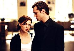 Jude Law and Natalie Portman in Closer Natalie Portman, Jude Law, Closer, Beaux Couples, Cute Couples, Scarlett Johansson, Movie List, Movie Tv, Vicky Christina Barcelona
