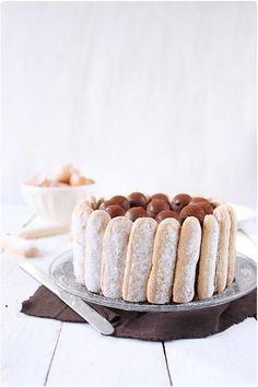Charlotte au chocolat et billes de mousseline vanille. Plus de recettes à base de chocolat ici : www.enviedebienmanger.fr/recettes/chocolat