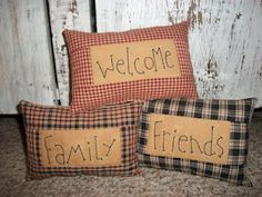 primitive country decorating ideas for living rooms Primitive Quilts, Broderie Primitive, Primitive Kunst, Primitive Embroidery, Primitive Pillows, Primitive Stitchery, Primitive Patterns, Primitive Homes, Primitive Crafts