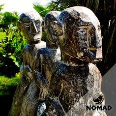 3 Figuras sobre Caballo de Madera de la isla de Timor Oriental Jaco, Timor Oriental, Tropical, Lion Sculpture, Coral, Statue, Creative, House, Wooden Horse