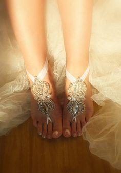 Für die Hochzeit barfuß am Strand: glitzernde Verzierung für die Füße der Braut…