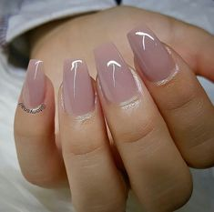 The advantage of the gel is that it allows you to enjoy your French manicure for a long time. There are four different ways to make a French manicure on gel nails. Rose Gold Nails, Matte Nails, Gel Nails, Coffin Nails, Stiletto Nails, Pink Coffin, Pink Nail, Glitter Nails, Prom Nails