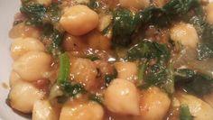 Andalusisch gerecht: Kikkererwten met chorizo, spinazie,ui, tomaat, knoflook en komijn.