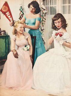 Elizabeth Taylor, Lois Butler and Ann Blyth get dressed for Elizabeth's first prom Vintage Prom, Moda Vintage, Vintage Mode, Vintage Hats, Vintage Style, Vintage Outfits, Vintage Dresses, Elizabeth Taylor, 1940s Fashion