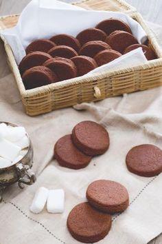 Deliziosi biscotti al cioccolato per accompagnare il tè del pomeriggio