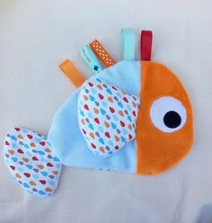 Doudou labels shaped fish orange and blue sky pattern drops Sewing Toys, Baby Sewing, Sewing Crafts, Sewing Projects, Baby Couture, Couture Sewing, Label Shapes, Dou Dou, Fabric Toys