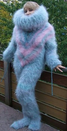 Wrap your fuzzy body around me like a spider Fluffy Sweater, Mohair Sweater, Wool Sweaters, Warm Outfits, Pink Outfits, Sweater Outfits, Gros Pull Mohair, Extreme Knitting, Angora