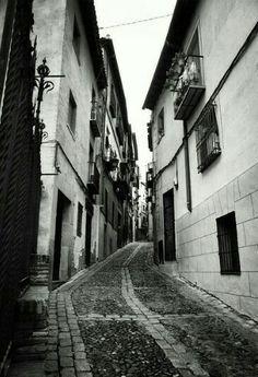 Pasaje angosto en las calles medievales de Toledo, España