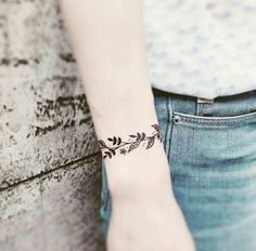 Fala galera, As tatuagens com traços finos não é tão recente assim e nem está perto de sair de moda. As tattoos que trouxe dessa vez para ...