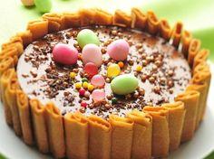 charlotte-Schokolade Pfannkuchen-Spitze-the-Eier-de-Ostern - Charlotte Dessert, Charlotte Cake, Chocolate Easter Cake, Chocolate Candy Recipes, Chocolate Pancakes, Cadbury Chocolate, Baking Recipes, Cake Recipes, Dessert Recipes