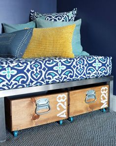 How to make a removable daybed cover that looks like an upholstered cushion with a self-welt detail. Only basic sewing skills required.