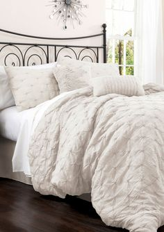 TRIANGLE HOME FASHIONS 4-Piece Lake Como Comforter Set details