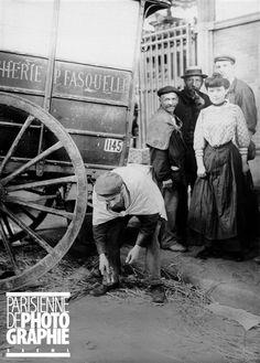 Cantonnier ramassant des épingles au moyen d'un aimant. Paris, 1907.