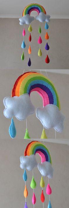 colgante: arco-iris, nubes y gotas de lluvia
