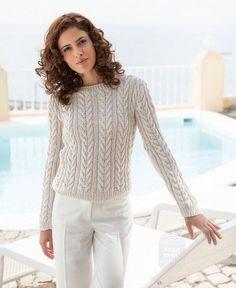 Очаровательный пуловер с узором из кос, связанный спицами