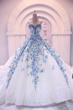 Robe blanche et fleur bleu bustier