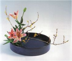 Ikebana - I was into this back in the going to get back into this art form… Creative Flower Arrangements, Ikebana Flower Arrangement, Ikebana Arrangements, Flower Vases, Floral Arrangements, Flower Show, Flower Art, Bonsai Plante, Japanese Flowers