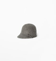 Hat with bow detail