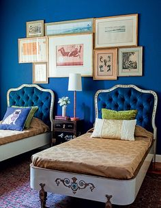 Verdadeiros achados de antiquário, as camas Dinucci, dos anos 1950, foram o ponto de partida para o arquiteto Paulo Carvalho. As bases brancas pediam uma cor que as levasse ao estrelato. Assim entrou o azul-marinho, nas cabeceiras e na parede