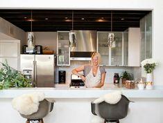 1-tabouret-de-bar-en-bois-et-plastique-gris-blonde-fille-bar-de-cuisine-bar-blanc-plante-verte