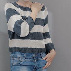 Strickanleitung Der oversize geschnittene Koora Sweater wird in einem Stück von oben nach unten mit Raglanzunahmen gestrickt. Zunächst wird in Reihen gearbeitet und der Ausschnitt mit Zunahmen am Reihenanfang und -ende geformt. Dann wird in Runden gestrickt. Die Ballonärmel werden auf einem Nadelspiel oder mit der Magic-Loop-Methode in Runden gearbeitet. I-Cords bilden die dekorativen Saumabschlüsse. Gr 34-48 Capsule Wardrobe, Magic Loop, Basic Shirts, Raglan, Sweaters, Pattern, Fashion, Fall Color Schemes, Knit Patterns