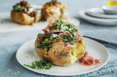 Bakt potet med 3 deilige toppinger | Coop Mega Food Styling, Baked Potato, Bacon, Menu, Ethnic Recipes, Drink, Menu Board Design, Beverage, Baked Potatoes