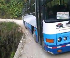 Video: Bus de estudiantes casi cae a guindo en Coto Brus