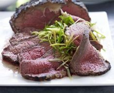 Roast beef sirloin with simple Asian sauce Tender meat seasoned with an easy-to-make aromatic sauce Sirloin Tip Roast, Roast Beef Recipes, Cooking Roast Beef, Meat Seasoning, Roasting Tins, Bbc Good Food Recipes, Round Cakes, Asian, Tender Meat