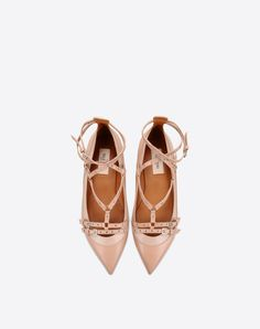 Solid color,Buckling ankle strap closure,Leather sole,Narrow toeline,