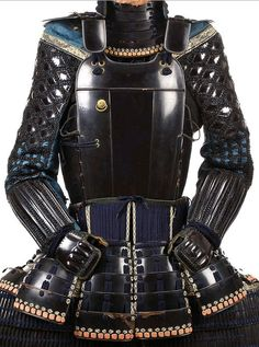 Yuki no shita do trimmed on the edges with shakudo fukurin and fitted with eight sections of five-lame kusazuri; shino gote with diamond-shaped plates and chain mail on the upper arms.
