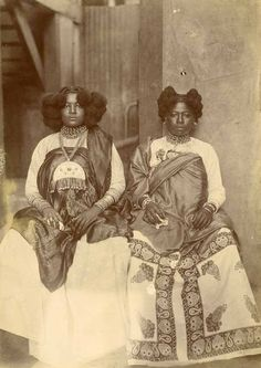 Deux femmes malgaches en tenue de cérémonie, circa 1890.
