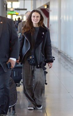 Casual: Keira Knightley was decidedly off-duty when she touched-down in New York city on Sunday afternoon Keira Knightley Style, Keira Christina Knightley, Keira Knightley Daughter, Winter Outfits Women, Boyfriend Jeans, Dress To Impress, Cool Outfits, Beautiful Outfits, Trendy Outfits