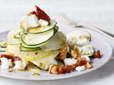 Zucchini schmecken nicht nur gebraten oder gegrillt richtig lecker. Roh als Salat und mit Birnen und Ziegenfrischkäse verfeinert, sind sie lecker, gesund und kalorienarm! Wir haben das kostenlose Rezept für Sie.