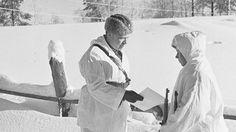 Laatokan koillispuolella. Ev.Svensson ojentaa Simo Häyhälle kiväärin ja kunniakirjan jonka eräs ruotsalainen on lahjoittanut. Häyhä ampui omalla kiväärillään 219 ryssää. Mtv, Mount Rushmore, Army, Hollywood, Culture, Soldiers, Painting, Animals, Winter