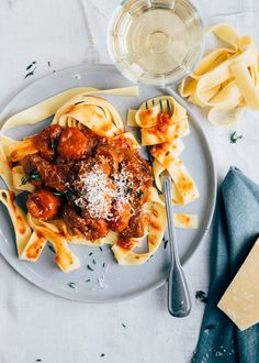 Pappardelle met stoofvlees Pappardelle with stewed meat recipe – From Pauline & # s Kitchen Stew Meat Recipes, Fish Recipes, Pasta Recipes, New Recipes, Dinner Recipes, Favorite Recipes, Healthy Recipes, Penne, Tortellini