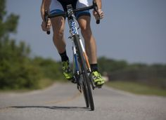 Road cycling heart rate training zones explained in detail. clear instructions on how you can use them to help improve your cycling fitness and performance Medio Ironman, Triathlon, Squat, Mountain Biking, Bike Hotel, Cross Training For Runners, Cycling For Beginners, Training Plan, Strength Training