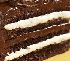 La torta al cioccolato con crema al latte è una torta buonissima che viene farcita con questa crema a base di latte e panna. La ricetta prevede anche una base morbida al cioccolato e una gustosa ganache che viene utilizzatasia perfarcire il centrodel dolceche per ricoprire la parte esterna della torta. In baseai gusti potete anche bagnare i vari strati della torta con unabagna al rum o una bagna analcolica. Per la base della torta al cioccolato: 4 uova 100 gr di burro morbido 100 gr di…