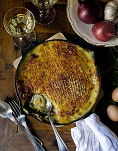 Recette Parmentier de poisson de Mimi Thorisson : Faites cuire les pommes de terre dans de l'eau bouillante salée pendant environ 20 mn. Egouttez-les puis écrasez-les en purée avec la crème liquide. Assaisonnez si besoin et réservez.Hachez les échalotes. Faites-les revenir quelques minutes �...