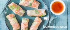 Summer Rolls met Garnalen. Verse loempia's van rijstvellen gevuld met knoflookgarnalen, wortel en avocado.