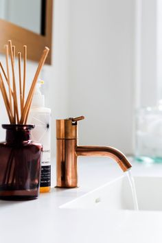 Ro og wellness-stemning i badeværelset. Bathroom Taps, Bathroom Fixtures, Freestanding Taps, Diffuser Diy, Mad About The House, Copper Decor, Bathroom Colors, Bathroom Ideas, Dream Bathrooms
